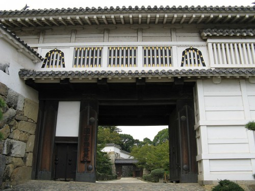 1024px-Himeji_castle-hishi-no-mon.jpg