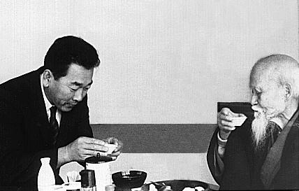 Yoshioka-sensei avec le fondateur, O-Sensei au Japon, 1967..jpg